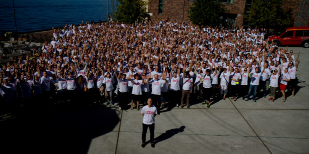 Bilde av Steffen Handal foran 1000 lærere i streik.