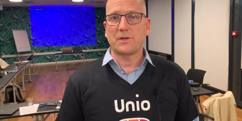 Forhandlingsleder for Unio kommune, Steffen Handal, i streike T-skjorte.
