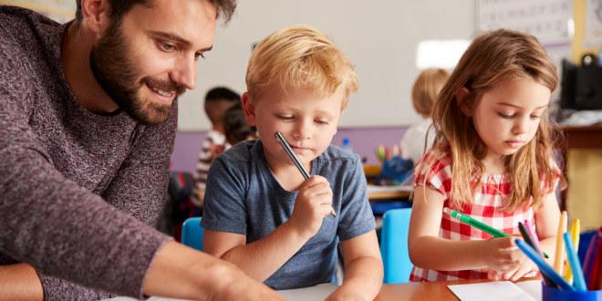 lærer i klasserom med elever