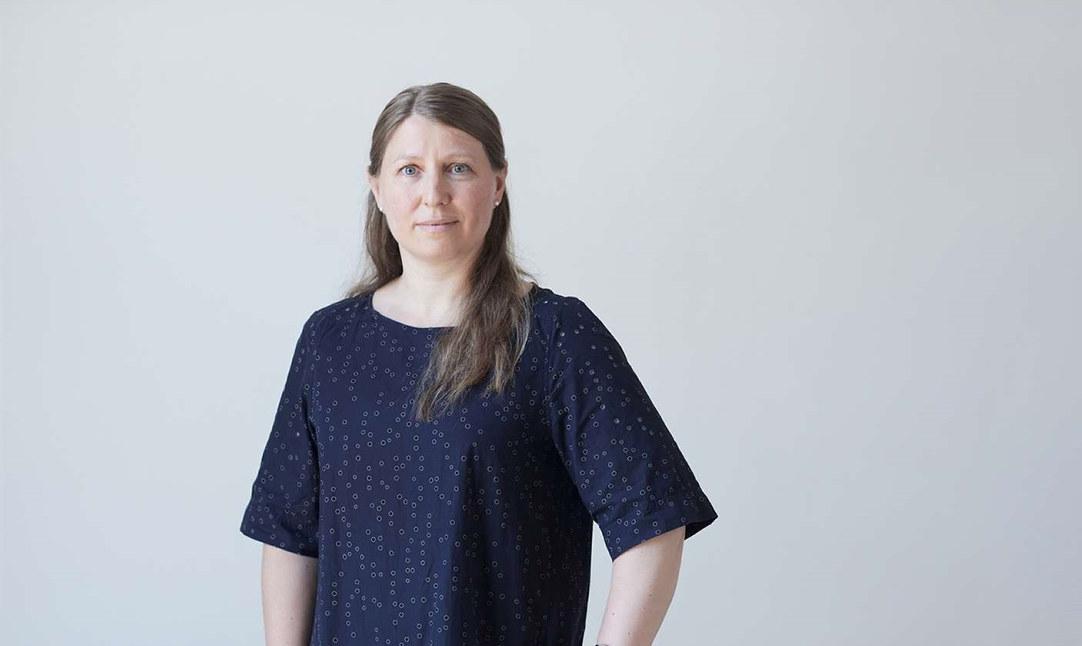 En alvorlig Guro Elisabeth Lind ser i kamera. Foran en bygning med skilt der det står Akersgata 59 på.