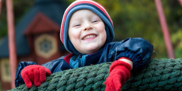 Gulldalen barnehage, okt 07, barn, lek, ute, lekeapparat, sykkel, huske, regnvær, høst, glede,