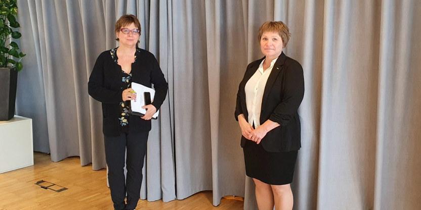 To kvinner, Kari Tangen fra Unio og Ann Jorunn Tallaksen fra Virke, står med litt  avstand til hverandre, etter forhandlingene i Virke i mellomoppgjøret 2021.