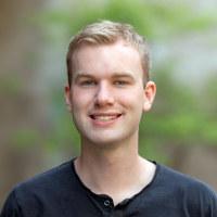 Portrett av en blid mann i 20-årene med blondt hår.