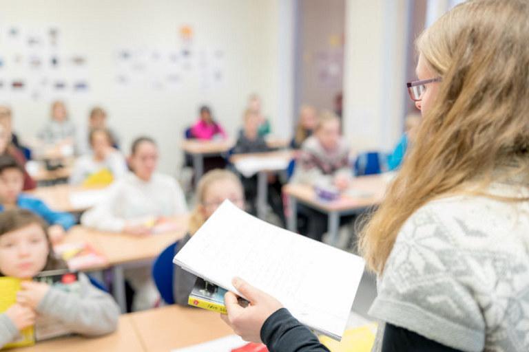 Overgangen fra utdanning til yrke kan være krevende for mange lærere. Blant tingene du kan forhandle om er tid til veiledning med en erfaren lærer.