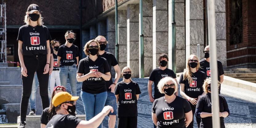 Streikende med Unio-streike-t-skjorte på et arrangement utenfor Oslo rådhus.