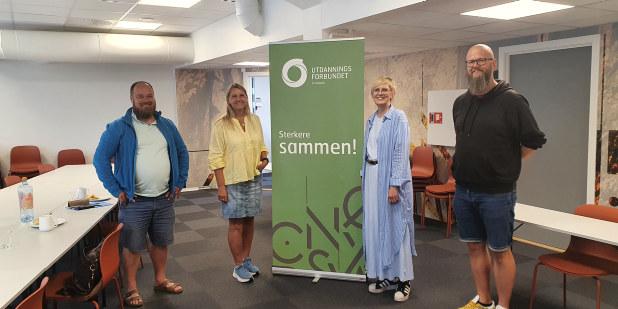 Bilde av Truls Gihlemoen og Marit Ophus sammen med Thore Johan Nærbøe og Torill Beitdokken. Står ved siden av roll ut med utdanningsforbundet og sterkere sammen