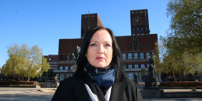Aina Skjefstad Andersen, forhandlingsleder i Unio Oslo foran Oslo rådhus.