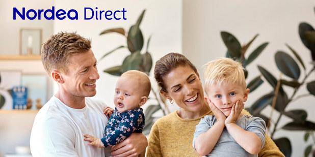 Familie på fire samlet i godt humør