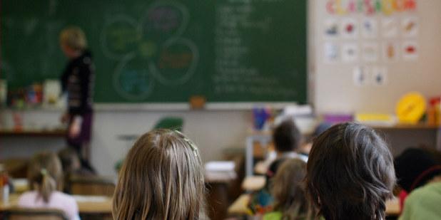 Bakhodet til to elever i et klasserom.