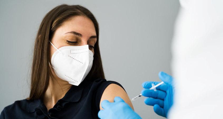 Kvinne får vaksine.