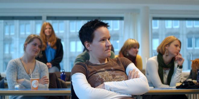 Illustrasjonsbildet fra Høgskolen i Oslo viser flere lærerstudenter i et auditorium. En mann og fire kvinner følger nysgjerrig med i forelesningen.