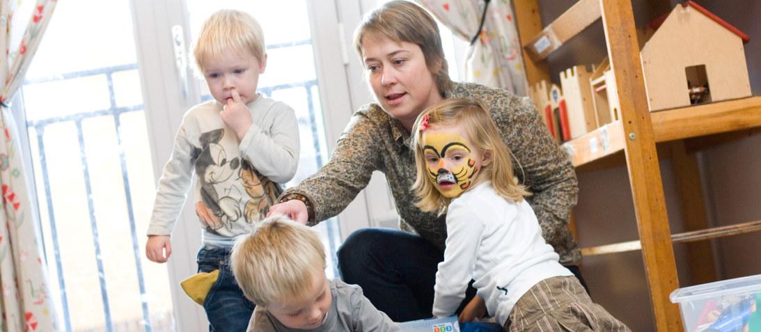 Gulldalen barnehage, okt 07, barn, voksen, barnehagelærer, omsorg, lek, inne