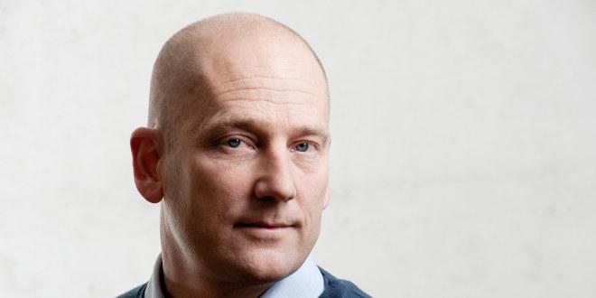 Steffen Handal ser strengt til siden. Bare hodet vises.