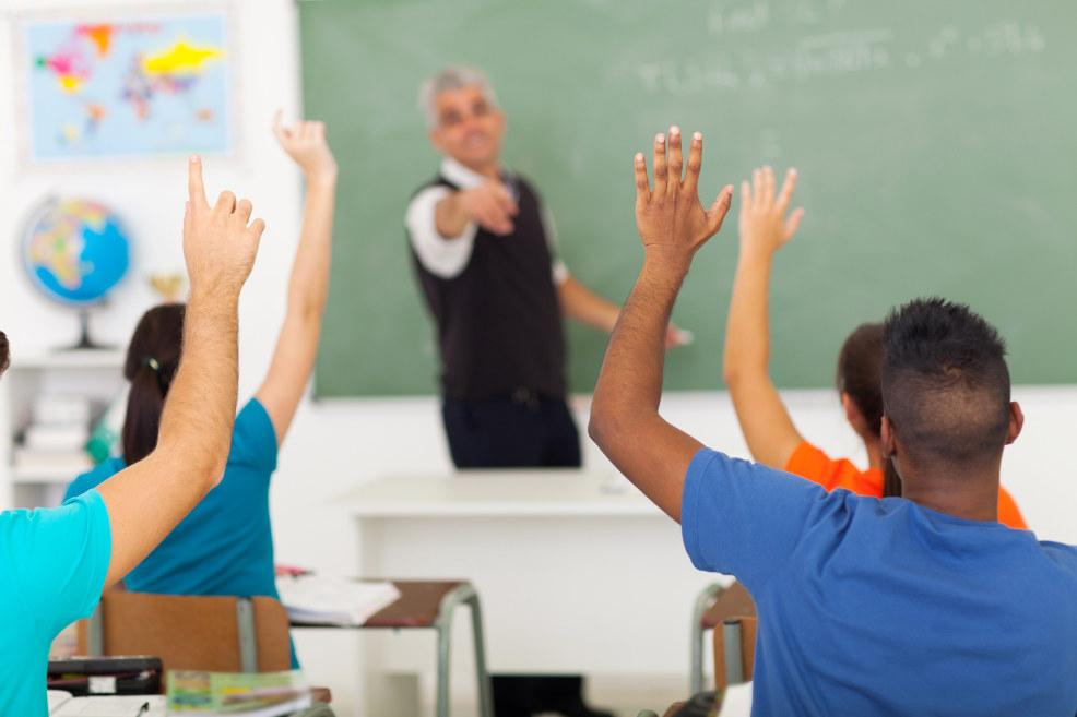 Lærer undervise elever i klasserom