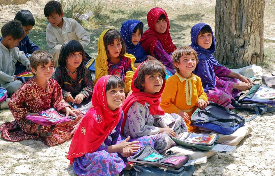 Bilde av jenter og gutter i undervisningssituasjon, Afghanistan