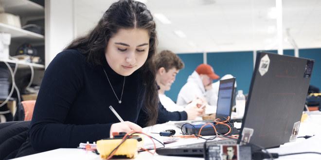 Illustrasjonsfoto av elev som jobber ved PC