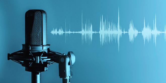 Illustrasjonsbilde av mikrofon og lydbølger.