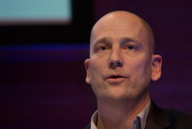 Bildet viser hodet til Steffen Handal, mens bakgrunnen er mørk. Ansikstuttrykket til Handal er bekymret.